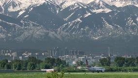 乘出租车反对山的土耳其航空民用飞机 股票录像