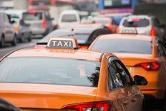 乘出租车在城市的街道上的汽车 免版税库存图片