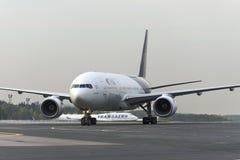 乘出租车在多莫杰多沃arport的波音777-300 免版税库存照片