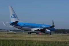 乘出租车在斯希普霍尔机场, AMS的KLM荷兰皇家航空公司喷气机 回到视图 免版税图库摄影