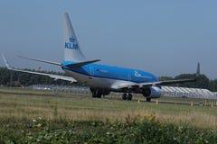 乘出租车在斯希普霍尔机场, AMS的KLM荷兰皇家航空公司喷气机 回到视图 免版税库存照片