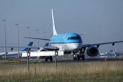 乘出租车在斯希普霍尔机场, AMS的KLM荷兰皇家航空公司喷气机 正面图 免版税图库摄影