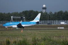 乘出租车在斯希普霍尔机场, AMS的KLM荷兰皇家航空公司喷气机 库存图片