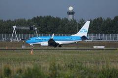 乘出租车在斯希普霍尔机场, AMS的KLM荷兰皇家航空公司喷气机 免版税库存照片