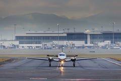 乘出租车在机场的小航空器 免版税库存图片