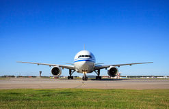 乘出租车在机场的波音777 免版税库存照片