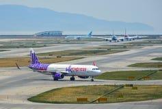 乘出租车在机场的跑道的飞机 免版税库存照片