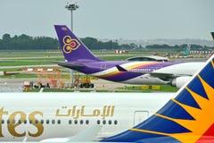 乘出租车在樟宜机场的泰航空中客车A340-600方形字体喷气机 库存照片