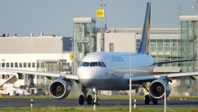 乘出租车在离开前的飞机 股票录像