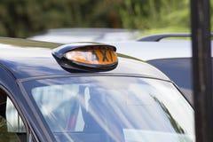 乘出租车在英国伦敦黑色出租车的gign 免版税库存照片