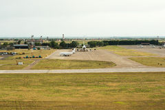 乘出租车在跑道的飞机 准备离开-离开a 免版税图库摄影