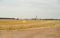 乘出租车在跑道的飞机 准备离开-离开a 免版税库存照片