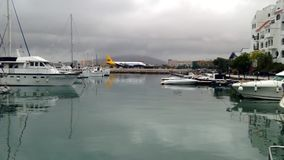 乘出租车在直布罗陀的机场跑道的飞机 股票视频
