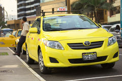 乘出租车在Malecon de la Reserva在Larcomar在米拉弗洛雷斯,利马,秘鲁 免版税图库摄影