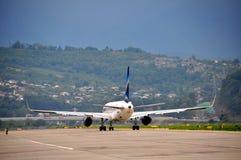 乘出租车对分散剂的飞机 免版税库存照片