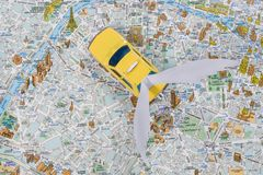乘出租车巴黎地图  汽车飞过,飞行未来的汽车 Kyiv, UA, 13 12 2017年 免版税库存图片