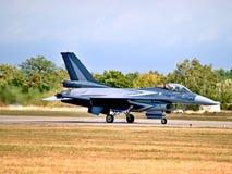乘出租车的F-16战斗机 库存照片