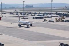 乘出租车美丽的英国航空公司A320装门在维也纳机场 库存照片