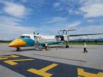 乘员组工作者工作准备飞机和工具为航空器起飞 免版税库存图片