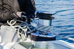 乘员组与热那亚板料绳索和绞盘一起使用 免版税图库摄影