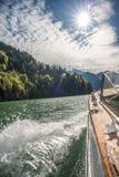乘在湖的小船旅行在一个明亮的晴天 免版税库存照片