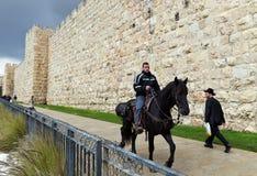 乘坐一匹马的人在耶路撒冷老市 库存照片
