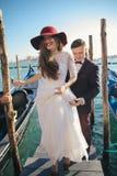 乘坐一艘长平底船的一对年轻夫妇在威尼斯 意大利 库存图片
