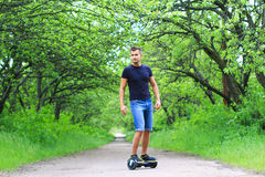 乘坐一辆电子滑行车的人户外 图库摄影