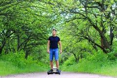 乘坐一辆电子滑行车的人户外 免版税库存照片