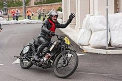 乘坐一辆老摩托车斯科特TT的骑自行车的人 免版税库存照片
