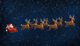 乘坐他的与驯鹿的圣诞老人雪橇 免版税库存图片