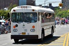 乘坐公共汽车的参加者在第34次每年美人鱼游行期间在科尼岛 免版税库存照片