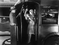 乘坐公共汽车的少妇挥动与一个年轻人(所有人被描述不更长生存,并且庄园不存在 供应商战争 免版税图库摄影