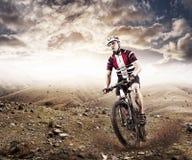 乘坐单磁道的登山车骑自行车者 免版税库存图片