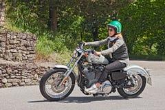 乘坐哈利戴维森的骑自行车的人妇女 免版税图库摄影