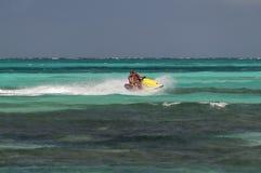 乘坐喷气机滑雪的父亲和女儿。 图库摄影