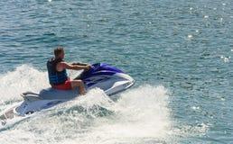 乘坐喷气机滑雪(滑行车)的一个人 免版税库存照片
