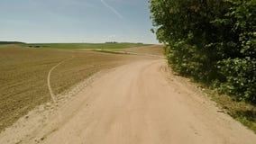 乘坐在一条农村路 重温路 快速地驱动 57 股票录像