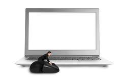 乘坐在与黑屏膝上型计算机的老鼠 免版税库存照片