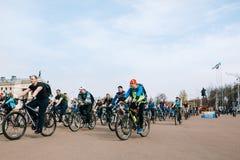 乘坐在列宁广场的非职业自行车骑士 戈梅利,白俄罗斯 库存照片