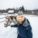 乘坐在哥萨克人的复兴节目的框架里孩子训练在列宁格勒地区 库存照片