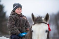 乘坐在哥萨克人的复兴节目的框架里孩子训练在列宁格勒地区 免版税库存图片