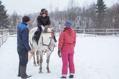 乘坐在哥萨克人的复兴节目的框架里孩子训练在列宁格勒地区 库存图片