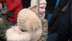 乘坐在地铁的嬉戏的女孩少年 使用在火车的女孩少年 影视素材