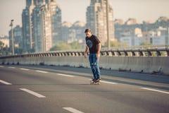 乘坐在城市道路桥梁的溜冰板者一只冰鞋 不劳而获s 库存照片