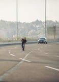 乘坐在城市道路桥梁的溜冰板者一只冰鞋 不劳而获s 图库摄影
