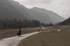 乘坐在山旁边的两个骑自行车的人 库存图片