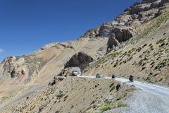 乘坐在山的骑自行车的人 库存照片