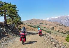 乘坐在山蛇纹石的骑自行车者在土耳其 免版税库存照片