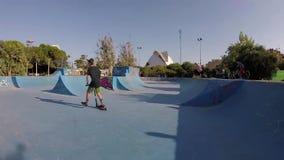 乘坐在巴伦西亚skatepark的男孩反撞力滑行车滚保龄球 股票视频